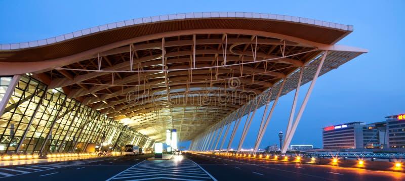 Opinião da noite do aeroporto foto de stock