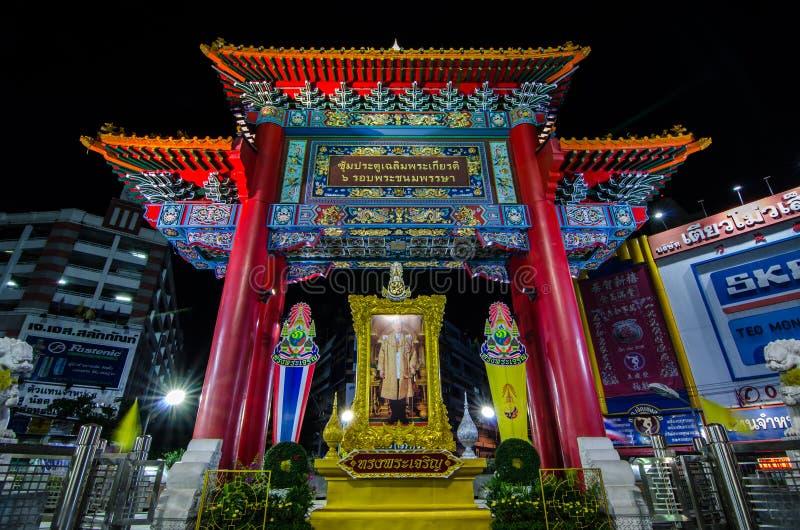 A opinião da noite do arco de chinatown marca o começo da estrada famosa de Yaowarat fotos de stock