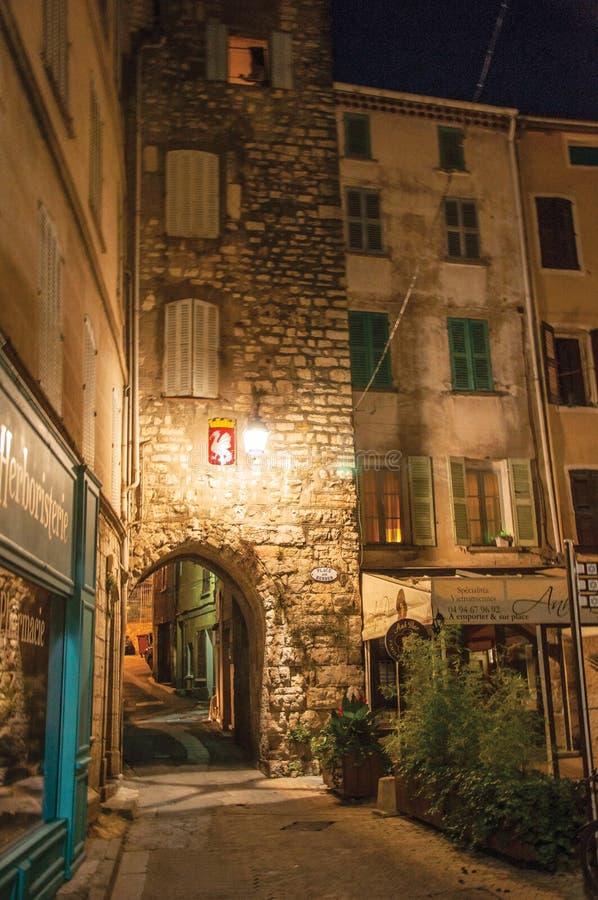 Opinião da noite do arco e quadrado com construções e luz das lanternas em Draguignan fotografia de stock royalty free