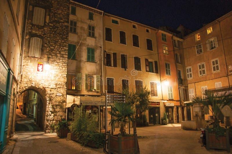 Opinião da noite do arco e quadrado com construções e luz das lanternas em Draguignan imagens de stock royalty free