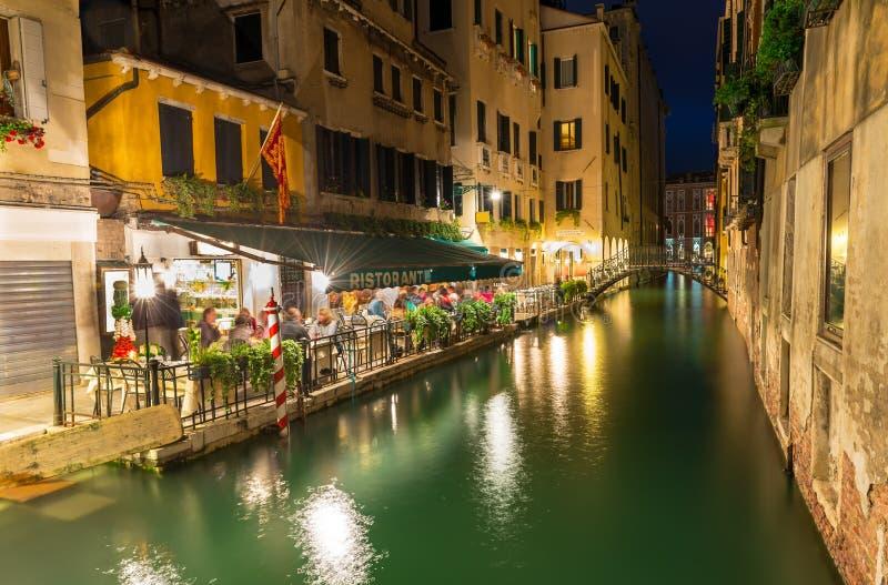 Opinião da noite do canal e do restaurante em Veneza fotos de stock