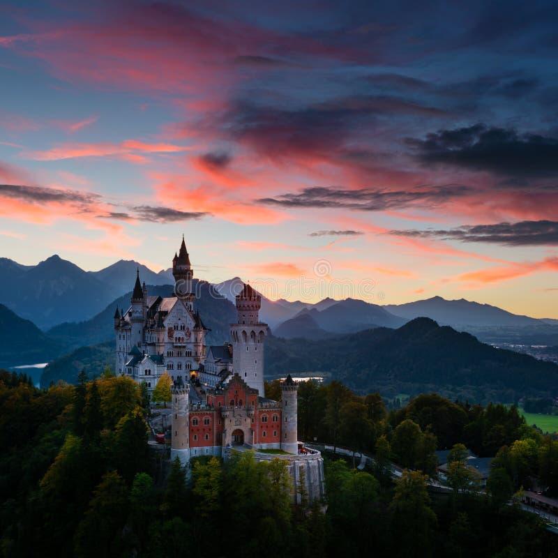 Opinião da noite do castelo de Neuschwanstein em Baviera (Alemanha) imagens de stock royalty free