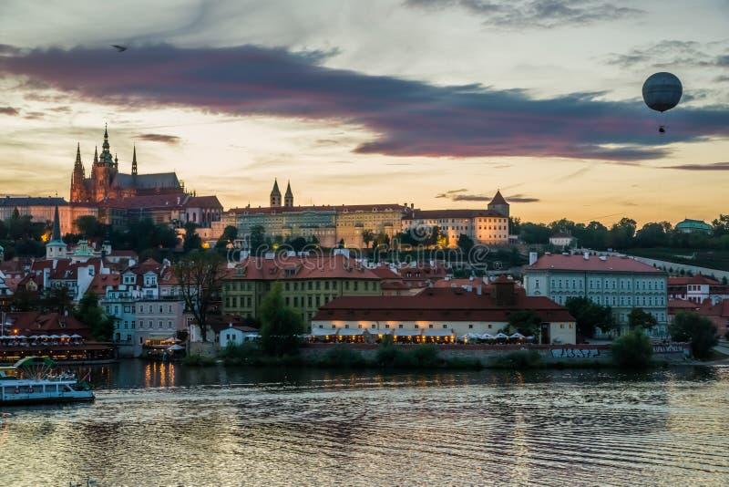 Opinião da noite do castelo de Praga foto de stock royalty free