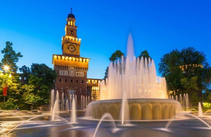 Opinião da noite do castelo de Sforza (Castello Sforzesco) em Milão fotografia de stock royalty free
