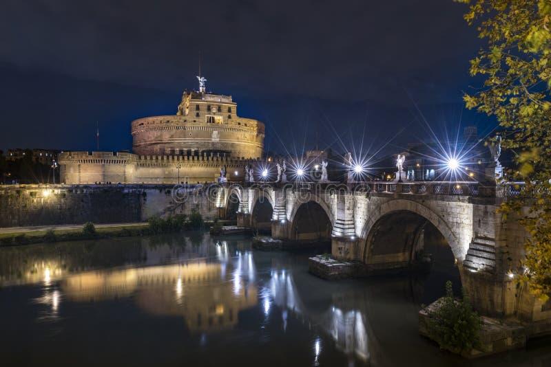 Opinião da noite do castelo Sant Angelo de Roma fotografia de stock