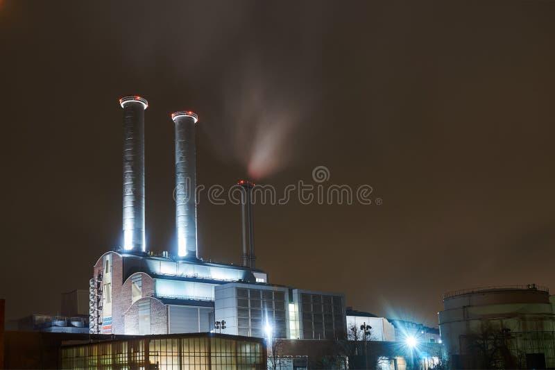 Opinião da noite do central elétrica imagem de stock