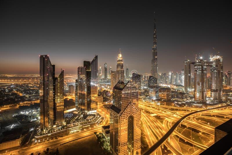 Opinião da noite do distrito do centro de Dubai fotografia de stock royalty free