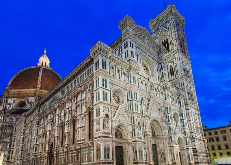 Opinião da noite do domo de Florence Cathedral - di Santa Maria del Fiore da basílica, Campanile de Giotto imagem de stock