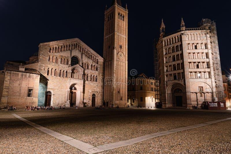 Opini?o da noite do domo e do Baptistery de Parma em Piazza Duomo fotografia de stock