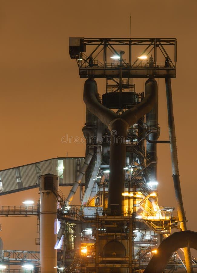Opinião da noite do equipamento do alto-forno da planta metalúrgica, ou da fresa de aço fotografia de stock royalty free
