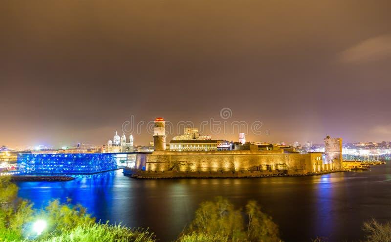 Opinião da noite do forte Saint-Jean e da catedral em Marselha imagem de stock
