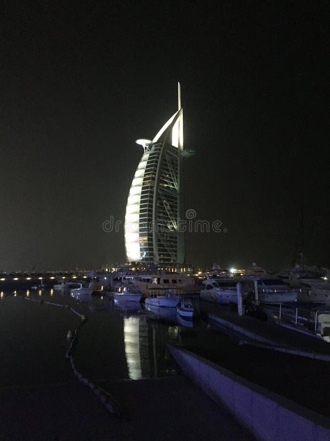 Opinião da noite do hotel do árabe do al de Burj fotografia de stock royalty free