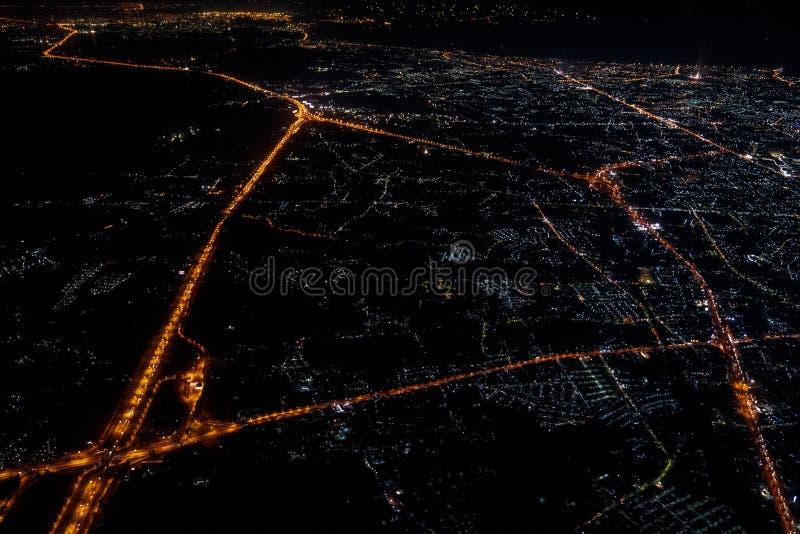 Opinião da noite do jetplane no tempo crepuscular com o céu e a luz vermelhos da cidade foto de stock royalty free
