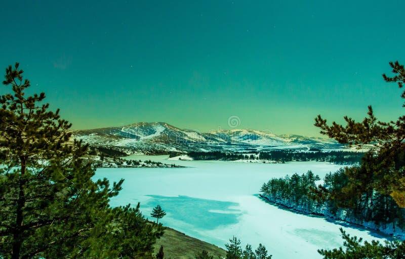 Opinião da noite do lago congelado na montanha de Zlatibor imagem de stock