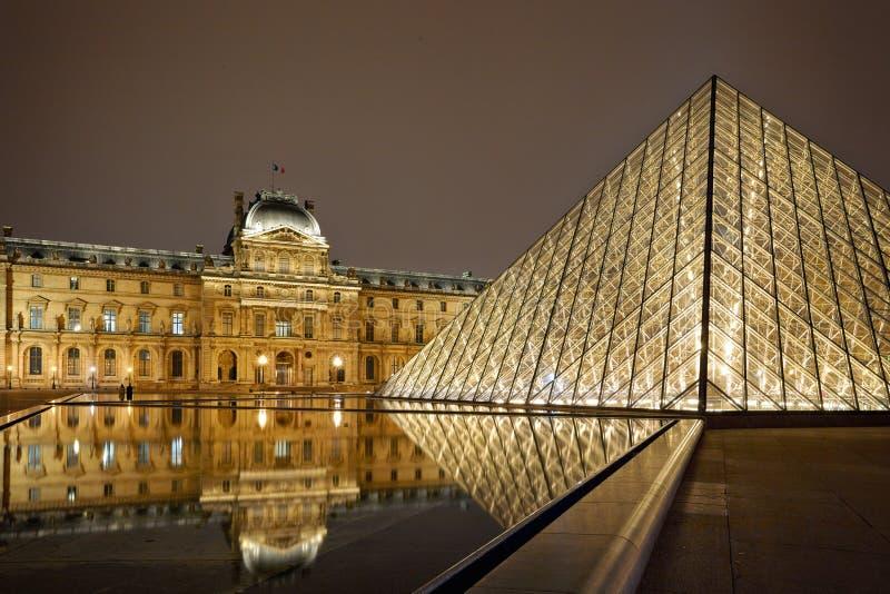 Opinião da noite do Louvre Art Museum, Paris, França. fotografia de stock