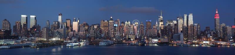 Opinião da noite do Midtown de Manhattan imagem de stock