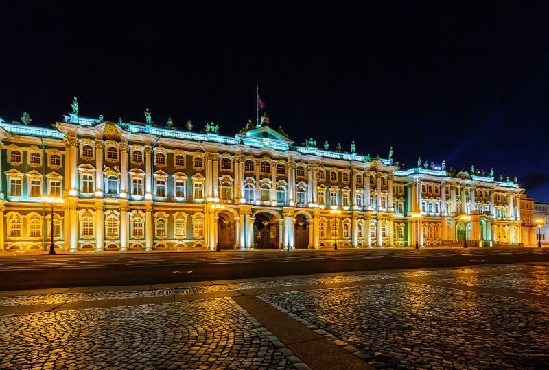 Opinião da noite do museu de eremitério do estado em St Petersburg fotos de stock