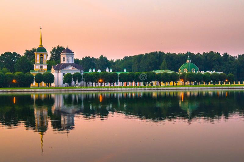 Opinião da noite do museu Kuskovo da reserva do estado, propriedade anterior do país do verão do século XVIII moscow Rússia imagens de stock