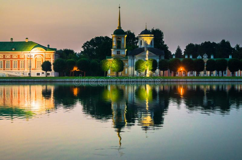 Opinião da noite do museu Kuskovo da reserva do estado, propriedade anterior do país do verão do século XVIII moscow Rússia fotografia de stock royalty free