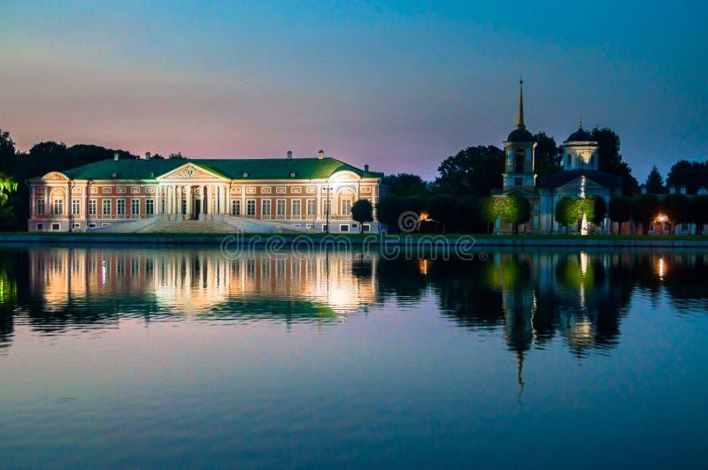 Opinião da noite do museu Kuskovo da reserva do estado, propriedade anterior do país do verão do século XVIII moscow Rússia imagens de stock royalty free