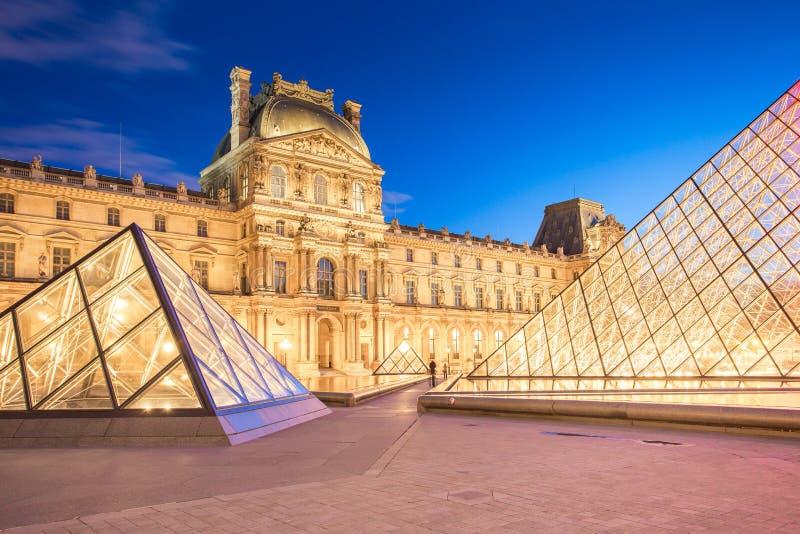 Opinião da noite do museu do Louvre em Paris, França fotos de stock royalty free