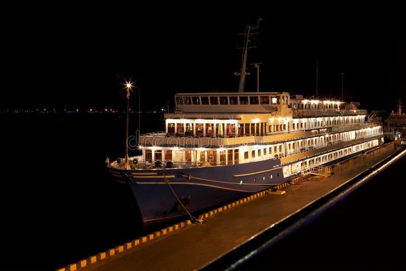 Opinião da noite do navio de cruzeiros na porta imagens de stock royalty free