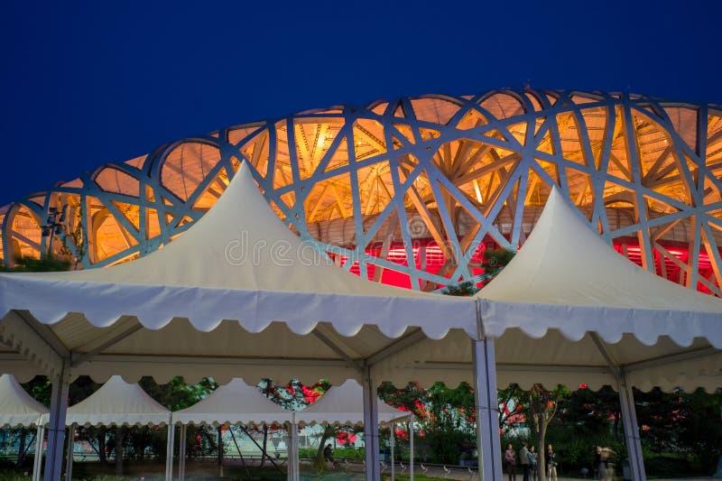 A opinião da noite do ninho do pássaro da vila dos Olympics no Pequim, China fotos de stock
