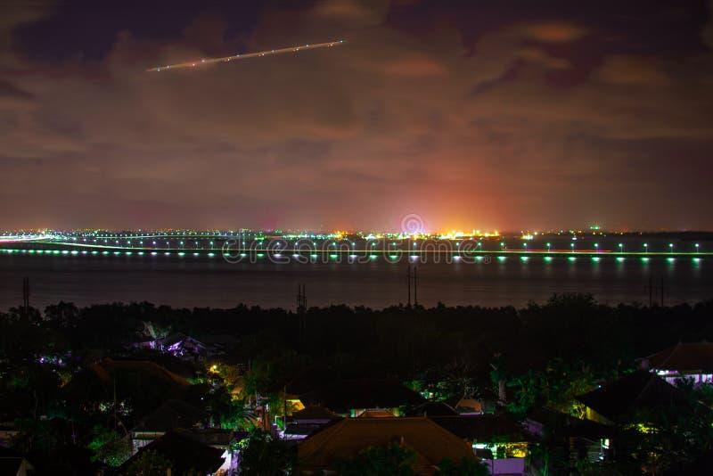 Opinião da noite do oceano e da estrada sobre o oceano, Bukit, Bali, Indonésia fotografia de stock royalty free
