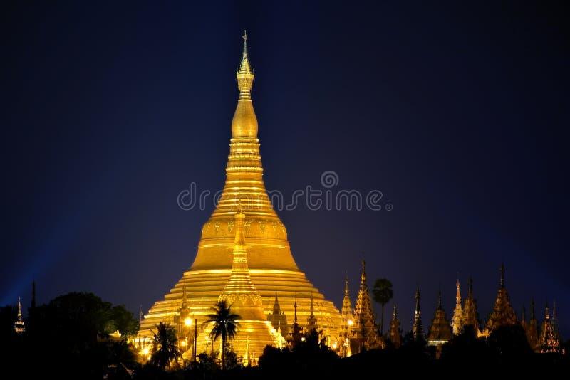 Opinião da noite do pagode iluminado de Shwedagon em Yangon Rangoon, fotos de stock royalty free