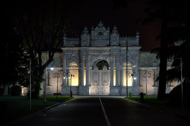 Opinião da noite do palácio de Dolmabahce, Istambul Turquia imagens de stock royalty free