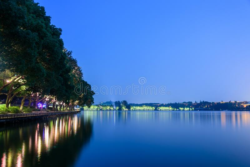 Opinião da noite do parque do lago Xuanwu imagem de stock royalty free