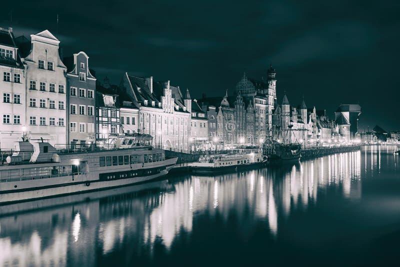 Opinião da noite do porto de Gdansk e do rio de Motlawa, situada na cidade velha da cidade de Gdansk, Polônia fotos de stock royalty free