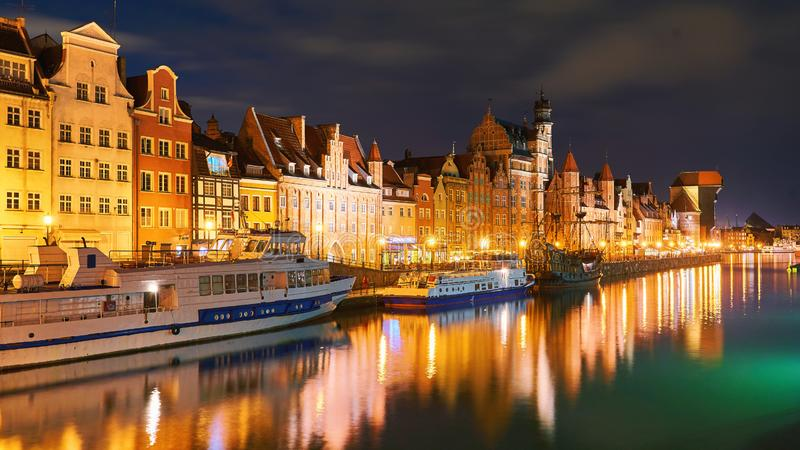 Opinião da noite do porto de Gdansk e do rio de Motlawa, situada na cidade velha da cidade de Gdansk, Polônia imagens de stock