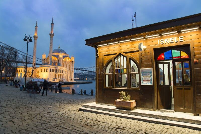 A opinião da noite do porto de Ortakoy com mesquita de Ortakoy e Bosphorus constroem uma ponte sobre o fundo em Istambul fotos de stock