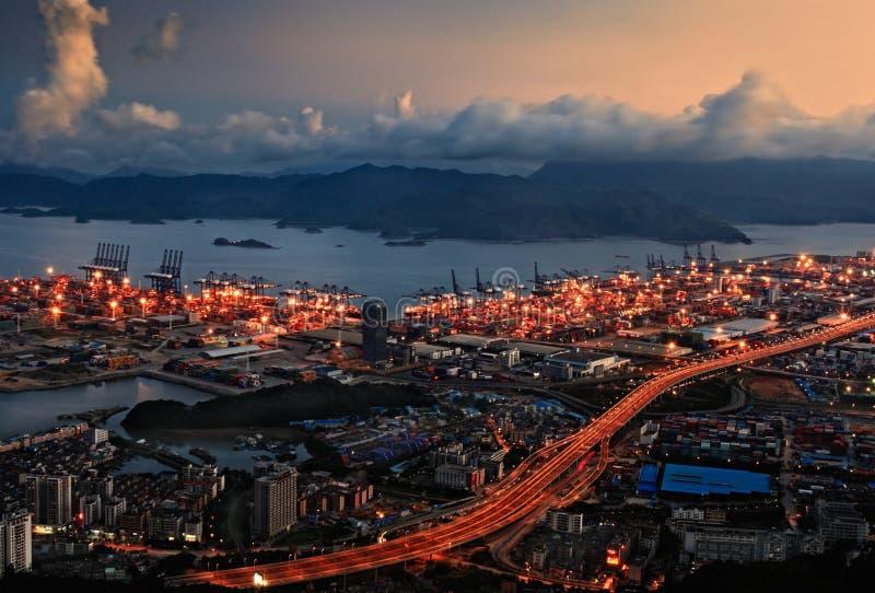 Opinião da noite do porto na porta de Yantian fotografia de stock royalty free