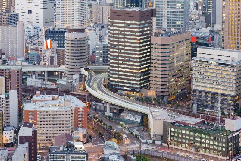 Opinião da noite do prédio de escritórios da cidade de Osaka foto de stock