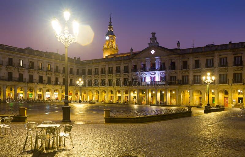 Opinião da noite do quadrado e da câmara municipal de Berria Vitoria-Gasteiz fotos de stock