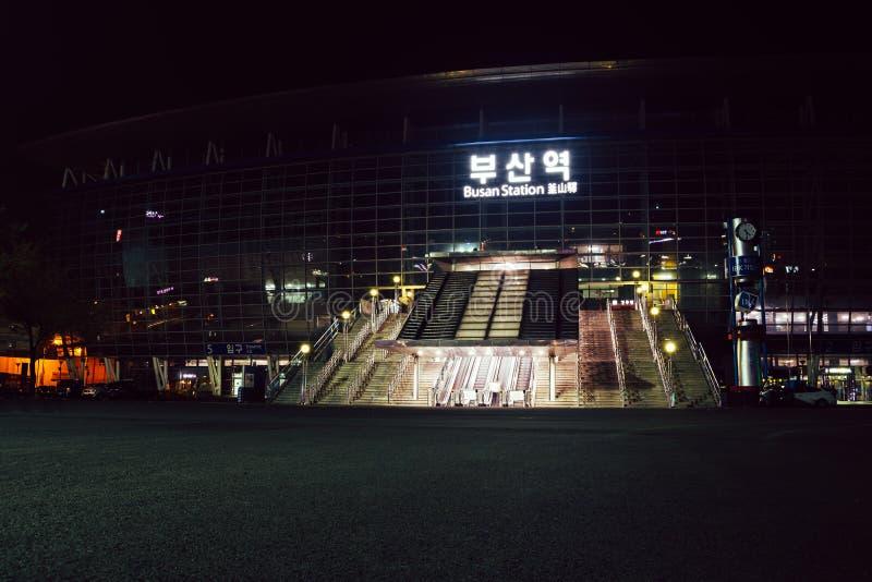Opinião da noite do quadrado do estação de caminhos-de-ferro de Busan em Coreia imagens de stock