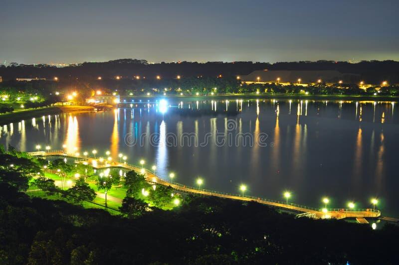 Opinião da noite do reservatório de Bedok (Singapore) imagens de stock royalty free