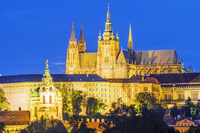 Opinião da noite do St Vitus Cathedral em Praga República checa imagens de stock royalty free
