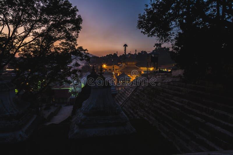 Opinião da noite do templo Kathmandu de Pashupatinath fotografia de stock royalty free
