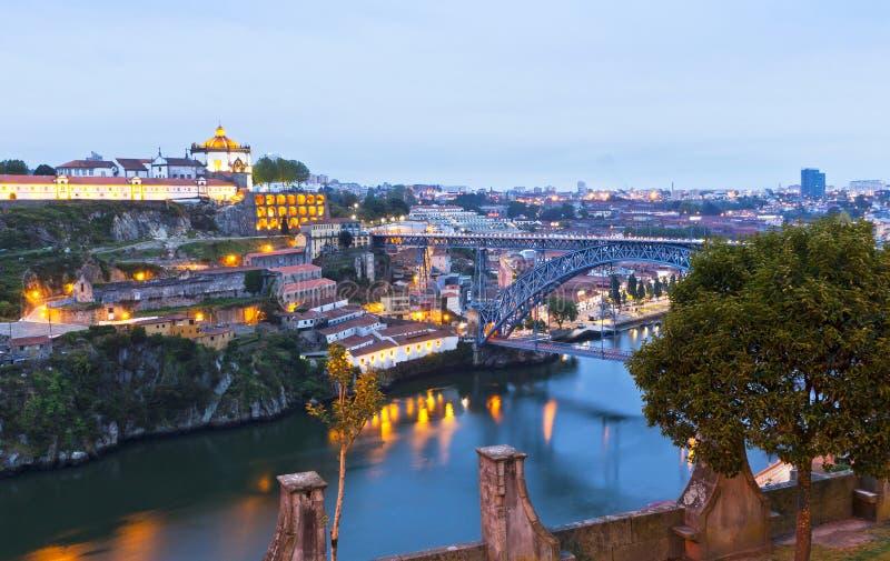 Opinião da noite Dom Luis que eu rio construo uma ponte sobre e de Duoro, Porto, Portug imagem de stock