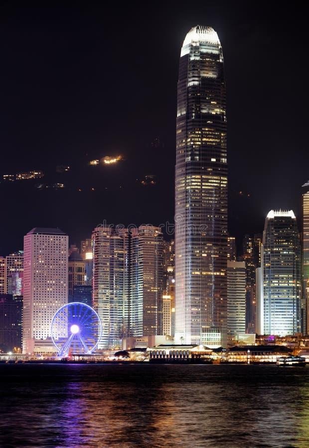Opinião da noite dos arranha-céus no centro de negócios de Hong Kong fotografia de stock