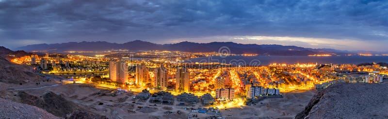 Opinião da noite dos montes que cercam a cidade de Eilat foto de stock