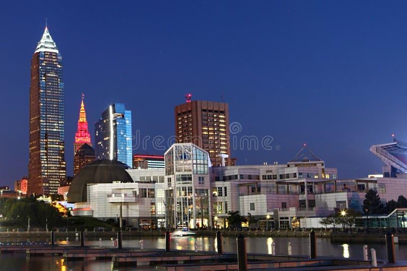 Opinião da noite em Cleveland, Ohio fotos de stock