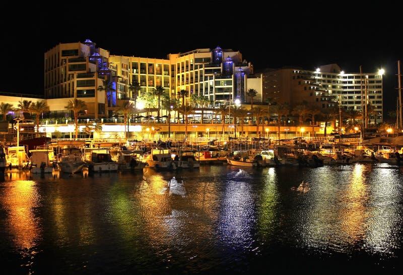Opinião da noite em hotéis no recurso popular - Eilat de Israel imagem de stock