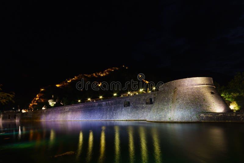 Opinião da noite em Kotor fotografia de stock