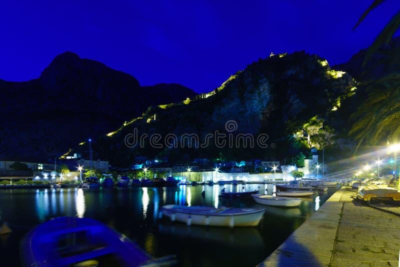 Opinião da noite em Kotor fotografia de stock royalty free