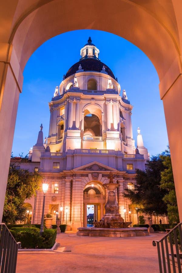 Opinião da noite da fachada e do pátio bonitos da câmara municipal histórica de Pasadena fotografia de stock royalty free