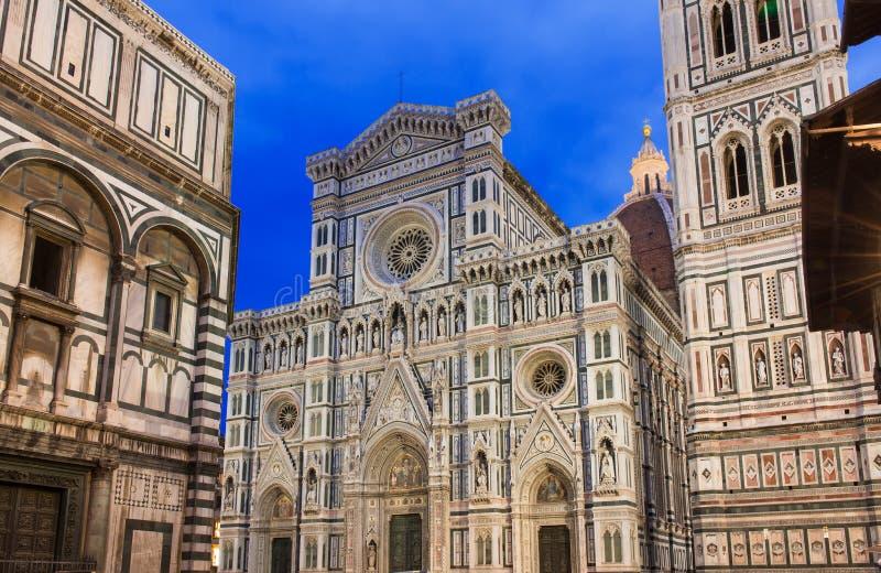 Opinião da noite Florence Cathedral (domo) - di Santa Maria del Fiore da basílica, Campanile de Giotto imagens de stock